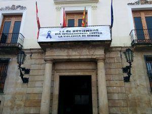 foto-balcon-ayuntamiento-pancarta-violencia